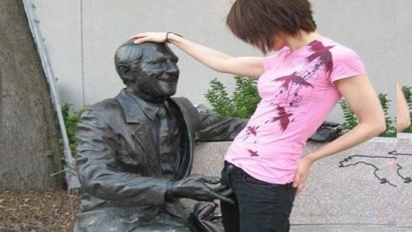 25 människor som gör lite skumma saker med oskyldiga statyer