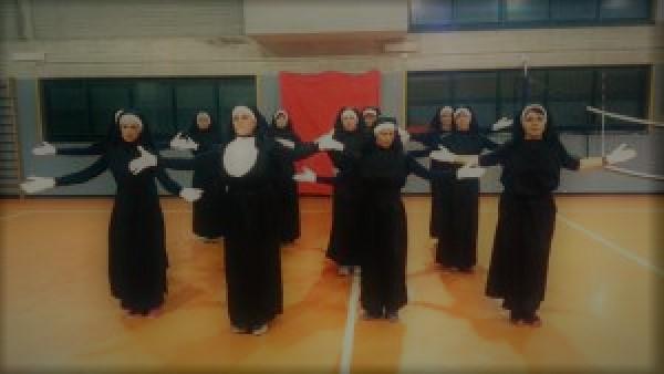 12 nunnor framför ett storslaget Zumba-uppträdande – och när de släpper loss kan vi inte låta bli att skratta